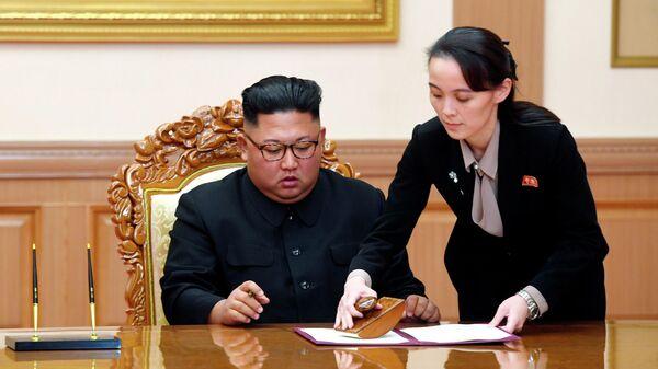 Председатель Государственного совета КНДР Ким Чен Ын и его сестра Ким Е Чен