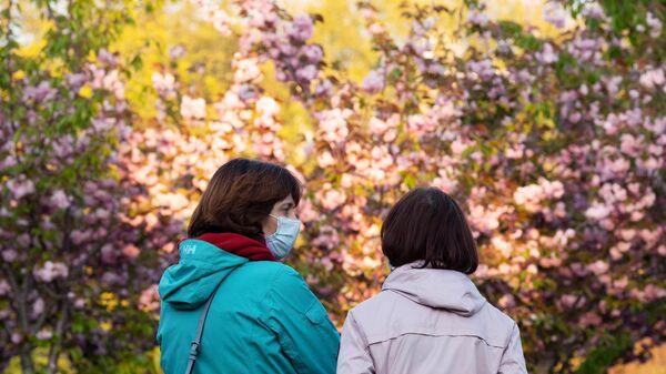 Женщины на аллее Черешневый сад в Сочи