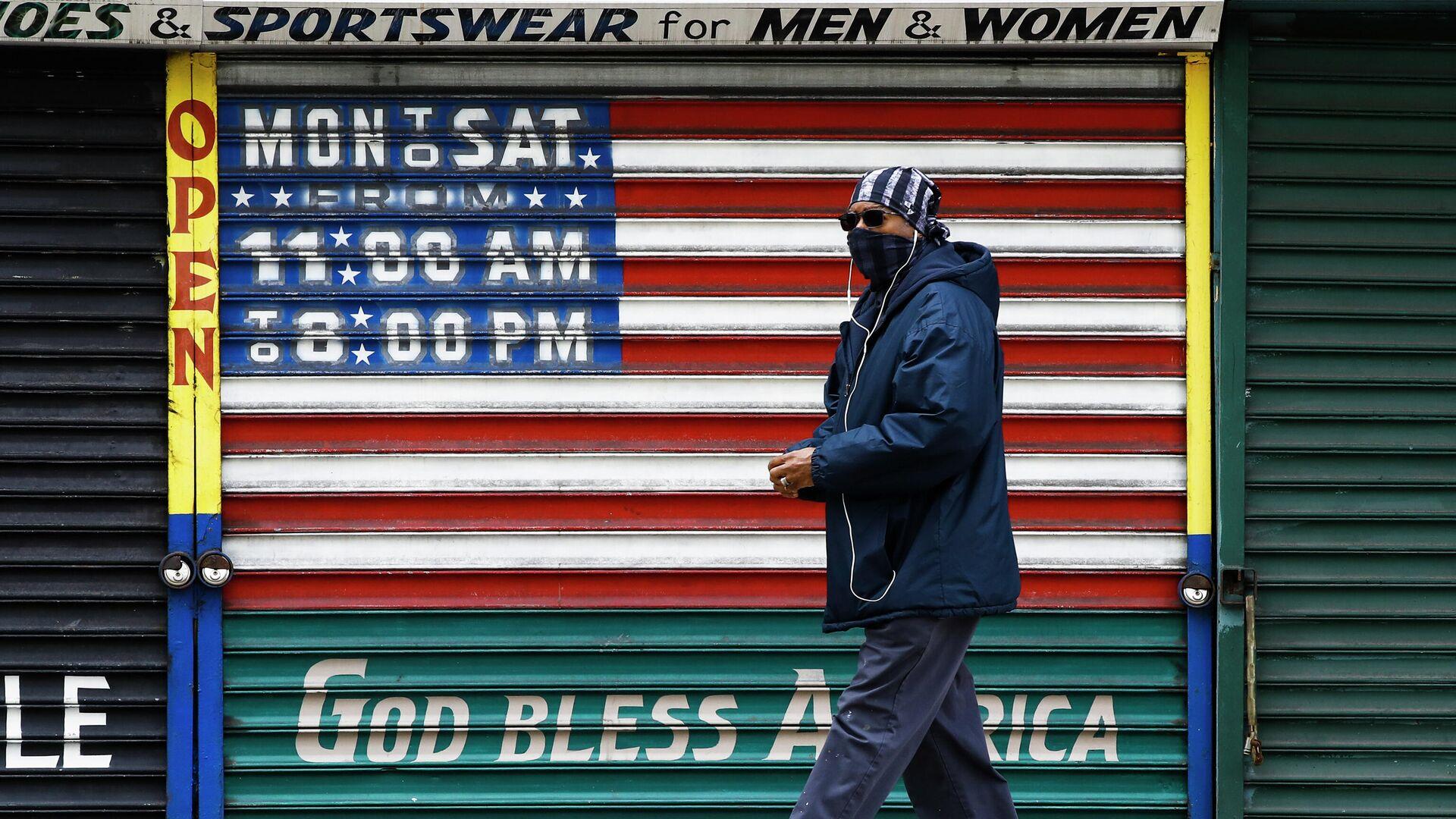 Мужчина в защитной маске у закрытого магазина в Филадельфии - РИА Новости, 1920, 13.06.2021