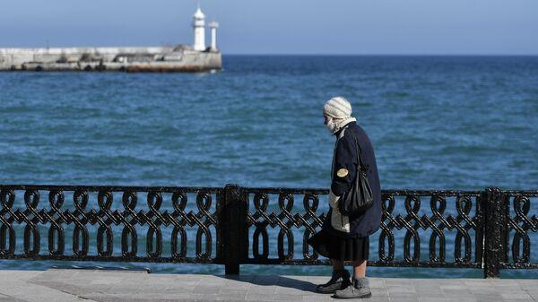 Пожилая женщина на набережной в Ялте