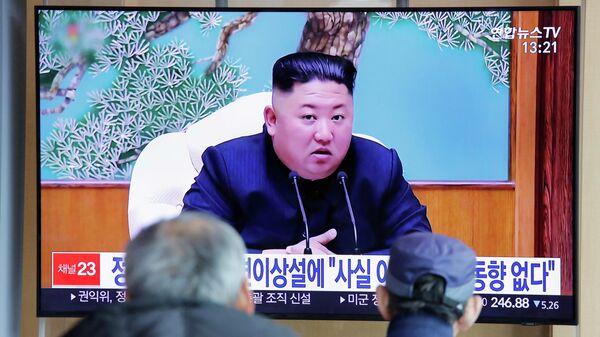 Жители Южной Кореи смотрят репортаж о лидере Северной Кореи Ким Чен Ыне в Сеуле. 21 апреля 2020