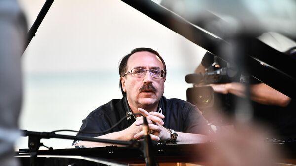 Джазовый пианист Даниил Крамер выступает на 17-м международном музыкальном фестивале Koktebel Jazz Party в Крыму