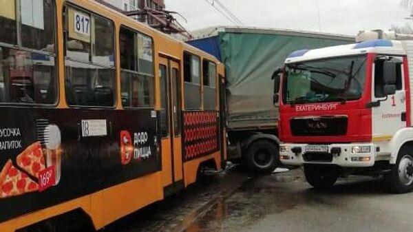ДТП с участием грузовика и трамвая в Екатеринбурге