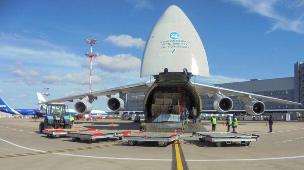 Самолет Ан-124 Руслан военно-транспортной авиации ВКС России доставил из Китая в Москву защитные костюмы для медиков