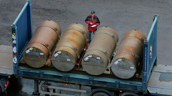 Контейнеры с низкообогащенным ураном для использования в качестве топлива для ядерных реакторов в порту в Санкт-Петербурге, Россия
