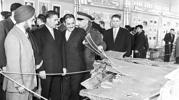 Военные атташе посольств иностранных государств на выставке остатков американского самолета-шпиона У-2, сбитого 1 мая 1960 года под Свердловском (ныне Екатеринбург)