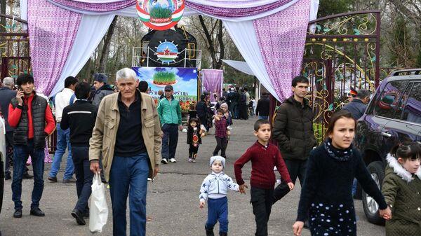 Жители Душанбе во время празднования Навруза