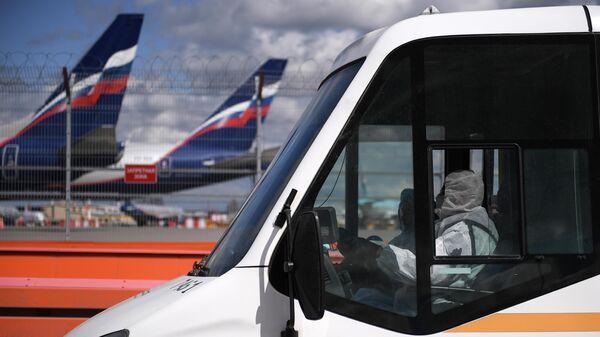 Водитель автобуса с пассажирами, прибывшими рейсом SU 103 компании Аэрофлот из Нью-Йорка, в Международном аэропорту Шереметьево
