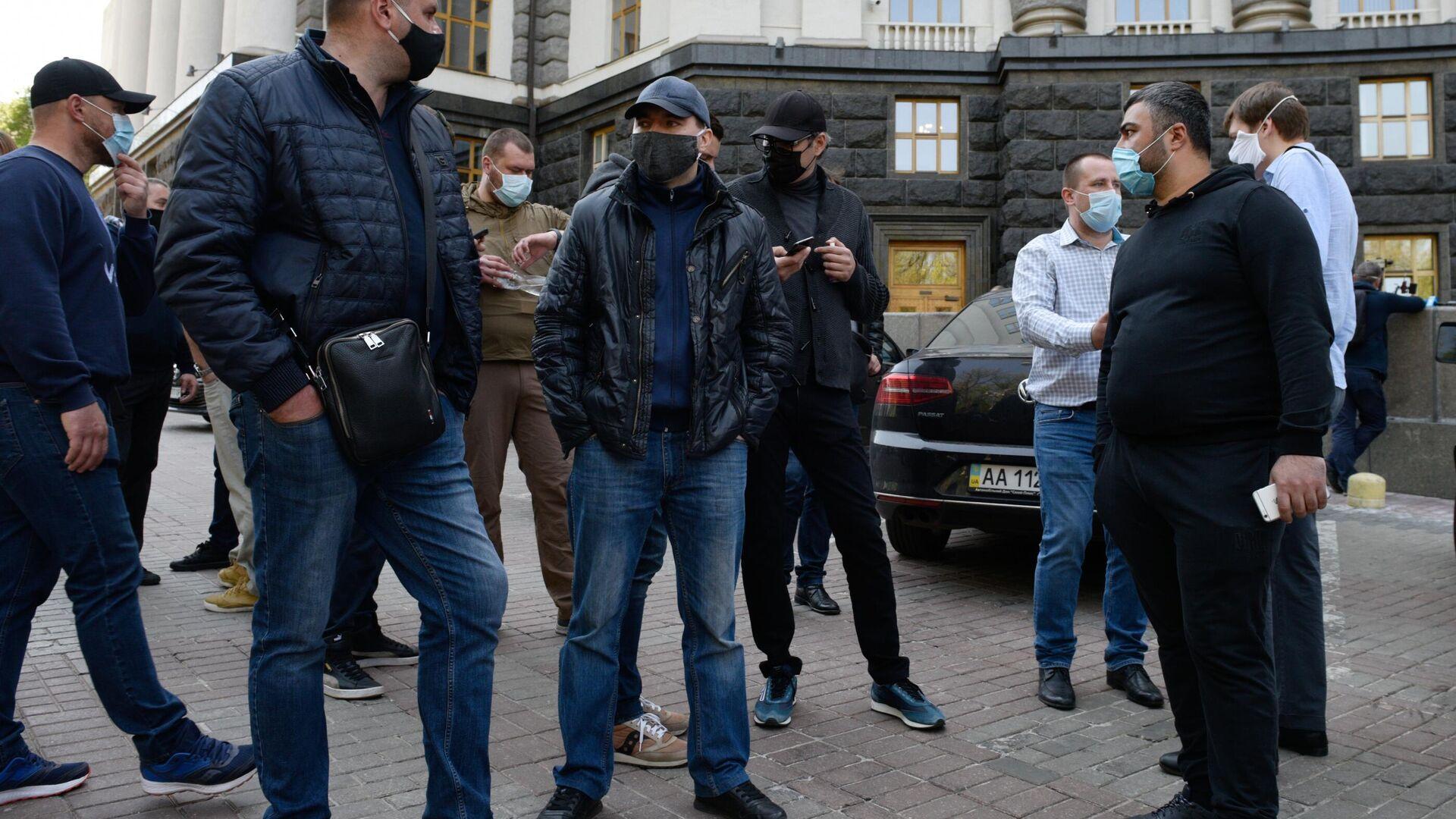 Участники акции предпринимателей с требованием завершить карантин под стенами здания Кабинета министров Украины - РИА Новости, 1920, 06.01.2021