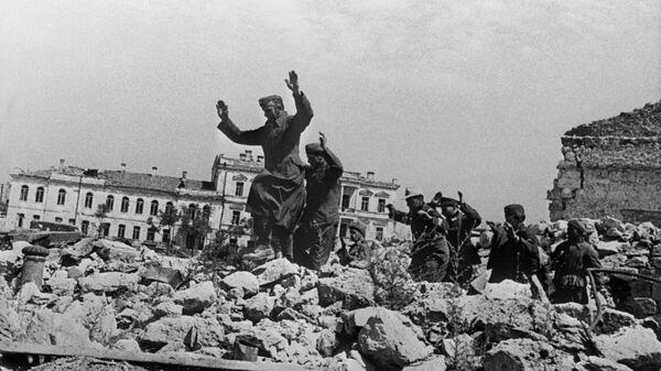 Пленные немцы на развалинах Севастополя около Графской пристани
