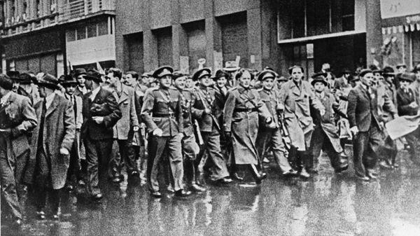 Участники Пражского восстания на улицах освобожденной войсками Красной армии столицы