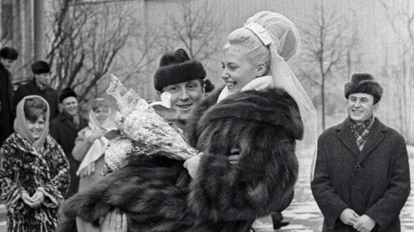 Альберт Шестернев несет на руках свою жену Татьяну Жук