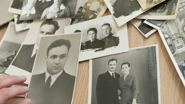 Жительница Москвы Анна Белорыбкина отбирает фотографии для участия в акции Бессмертный полк онлайн