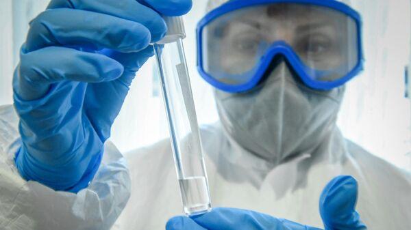 Медицинский работник держит в руках тест на коронавирус