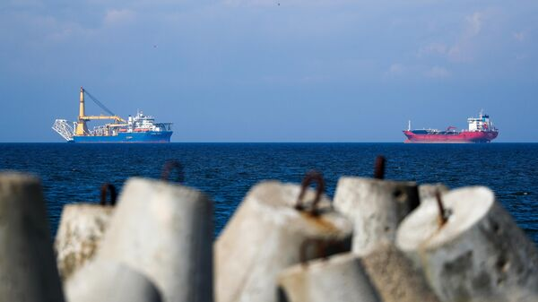 Российское краново-монтажное трубоукладочное судно (КМТУС) Академик Черский (слева)  в акватории Калининграда
