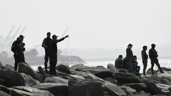 Сотрудники сил безопасности в портовом городе Ла-Гуайра, Венесуэла. 3 мая 2020