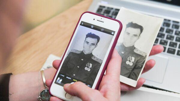 Жительница Москвы заполняет заявку для участия в акции Бессмертный полк онлайн