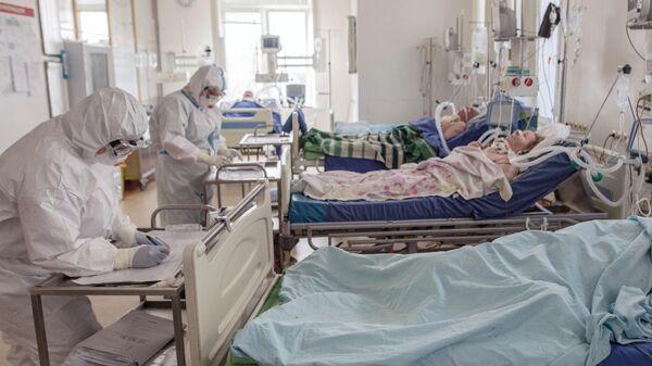 Пациенты и медицинские работники в отделении реанимации и интенсивной терапии в стационаре для больных с коронавирусной инфекцией в госпитале ФГБУ Национальный медицинский исследовательский центр сердечно-сосудистой хирургии имени А. Н. Бакулева Минздрава России в Москве