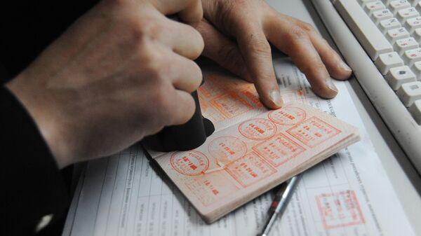Печати в паспорте гражданина, проходящего пограничный контроль на автомобильном пункте пропуска на российско-китайской границе между городами Забайльском и Маньчжурией