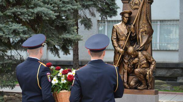 Участники мероприятия посвященному открытию памятника в честь пятой годовщины вручения боевого знамени министерству внутренних дел самопровозглашенной Луганской народной республики в Луганске
