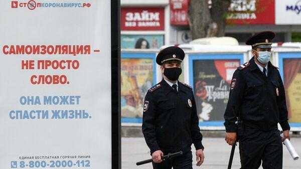 Сотрудники полиции в защитных масках