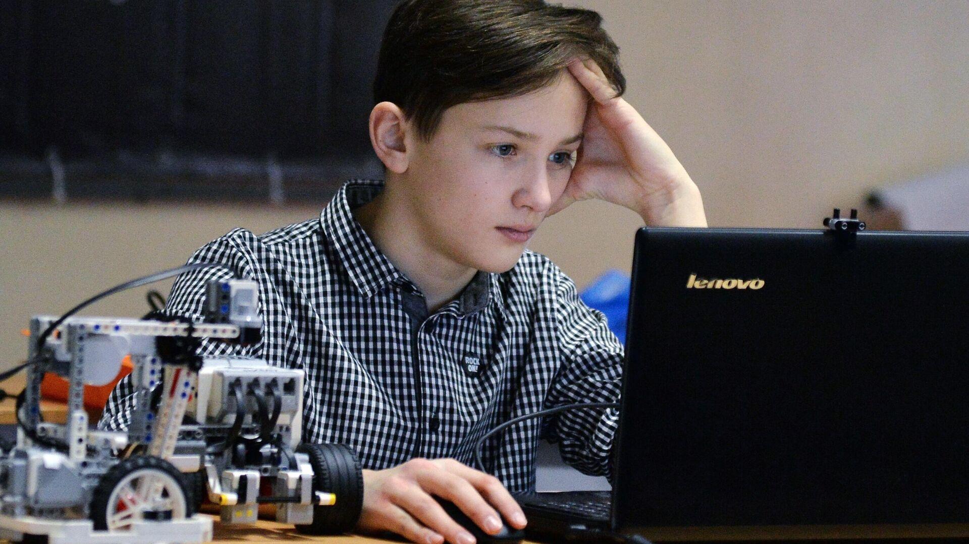 Участник соревнований по робототехнике - РИА Новости, 1920, 05.07.2021