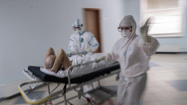 Врачи и пациент госпиталя для зараженных коронавирусной инфекцией COVID-19 центра МГУ имени М. В. Ломоносова