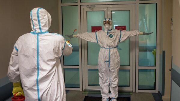 Врачи проходят дезинфекцию в выходном шлюзе госпиталя для зараженных коронавирусом