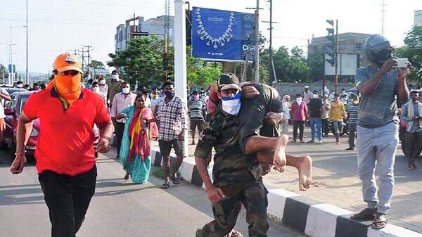 Спасатели эвакуируют людей после инцидента с утечкой газа на заводе LG Polymers в Вишакхапатнам, Индия
