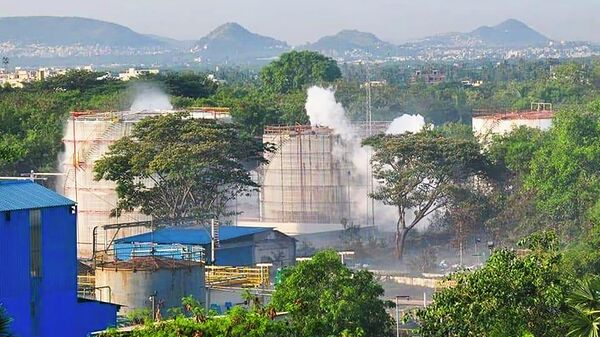 Дым поднимается над заводом LG Polymers после утечки газа, Вишакхапатнам, Индия