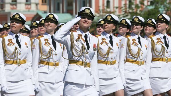 Cводный парадный расчет женщин-военнослужащих Военного университета министерства обороны РФ во время военного парада на Красной площади