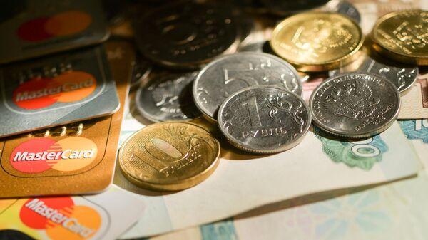 Монеты номиналом 1, 5 и 10 рублей, банковские карты международных платежных систем MasterCard