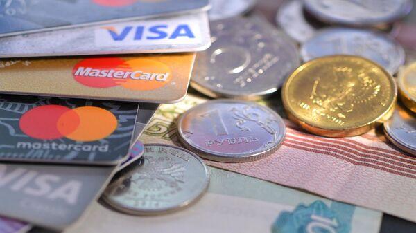 Монеты номиналом 1, 5 и 10 рублей, банковские карты международных платежных систем VISA и MasterCard