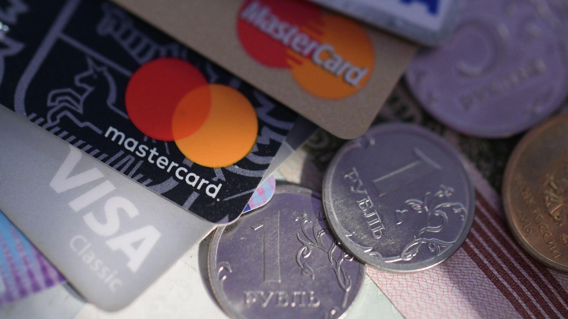 Монеты номиналом один рубль, банковские карты международных платежных систем VISA и MasterCard - РИА Новости, 1920, 12.10.2021