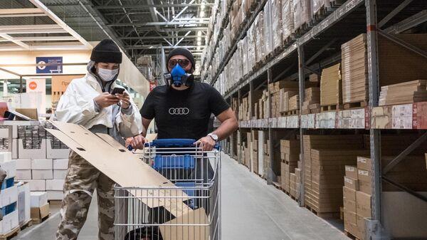 Покупатели в защитных масках в магазине IKEA
