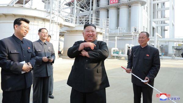 Ким Чен Ын во время визита на завод удобрений к северу от Пхеньяна