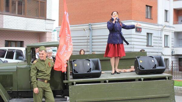 Волонтеры и артисты поздравили ветерана Великой Отечественной войны Анатолия Шевченко с Днем Победы в Барнауле