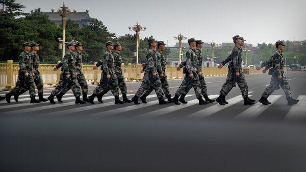 Китайские военные на площади Тяньаньмэнь в Пекине