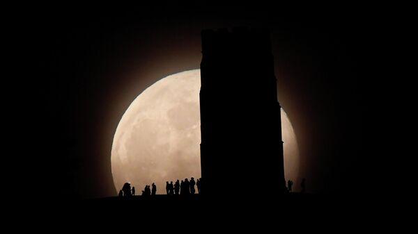 Люди наблюдают за цветочной Луной на холме Святого Михаила в Англии