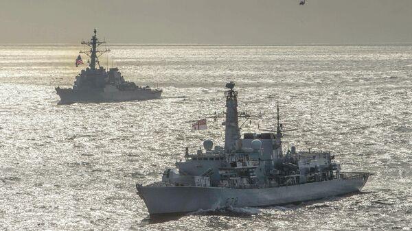 Эсминец ВМС США Дональд Кук и британский фрегат Кент во время учений в Баренцевом море. 5 мая 2020