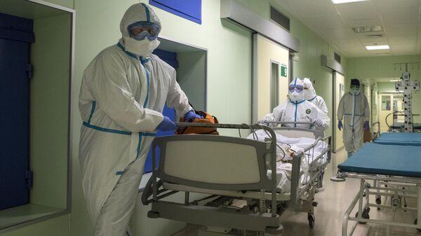 Врачи и пациент в госпитале для зараженных коронавирусной инфекцией COVID-19 ФКЦ ВМТ ФМБА РФ