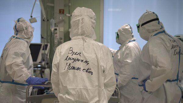 Врачи в отделении реанимации и интенсивной терапии госпиталя для зараженных коронавирусной инфекцией COVID-19 ФКЦ ВМТ ФМБА РФ