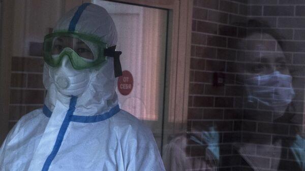 Врачи и пациентка в приемном в отделении госпиталя для зараженных коронавирусной инфекцией COVID-19 ФКЦ ВМТ ФМБА РФ