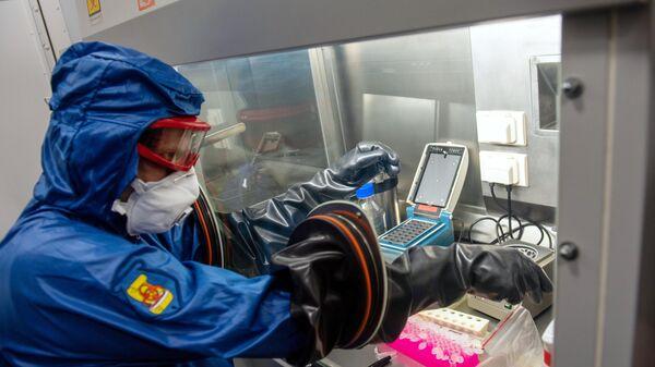 Специалист работает в российской мобильной лаборатории