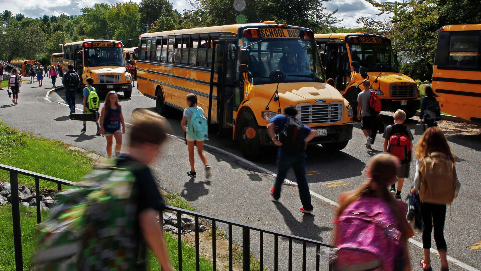 Ученики средней школы направляются к автобусам в Йорке, штат Мэн - РИА Новости, 1920, 19.03.2021