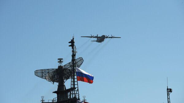 Военно-транспортный самолет Ан-12 во время воздушного парада Победы в Санкт-Петербурге