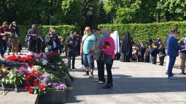 Киевляне возложили цветы к памятникам Великой Отечественной войны
