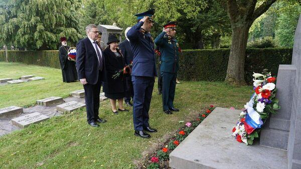 Дипломаты РФ в Брюсселе возложили цветы к монументам советским военным