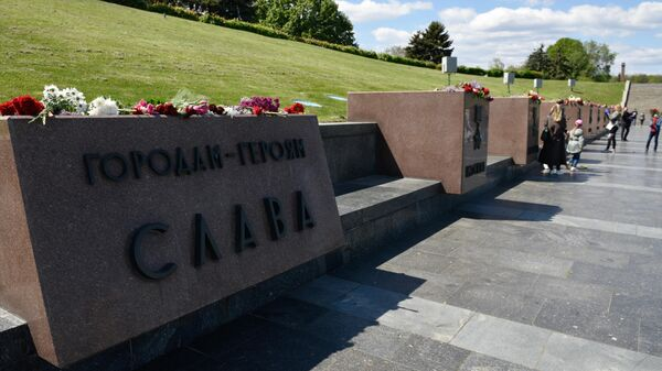 Участники памятных мероприятий в честь 75-й годовщины Победы в Великой Отечественной войны на аллее городов-героев в Киеве