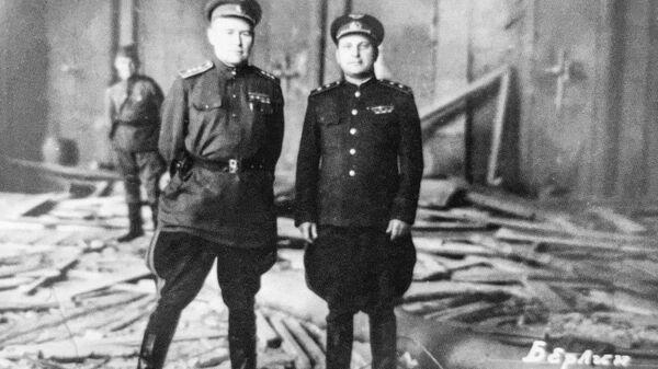 К.А. Вершинин (слева) в разгромленном кабинете Гитлера